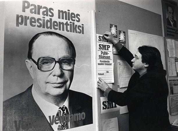 SMP:n puoluetoimisto joulukuussa 1981. Veikko Vennamo ja vaalityö. Kuvassa puoluetyöntekijä Rolf Sormo.
