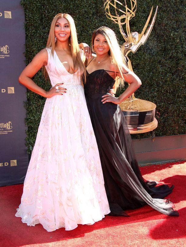 Toni Braxton pikkusiskonsa Tamar Braxtonin kanssa.