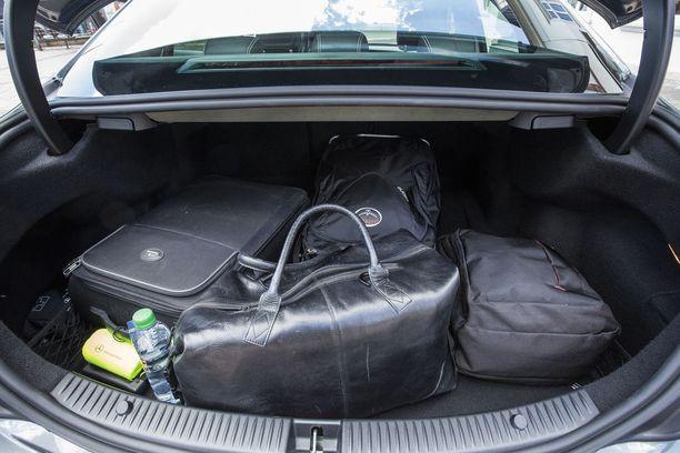 Kuvan sedan-mallisen C 200:n tavaratila on 435 litraa. Farmarimallissa litratilavuus on 490.