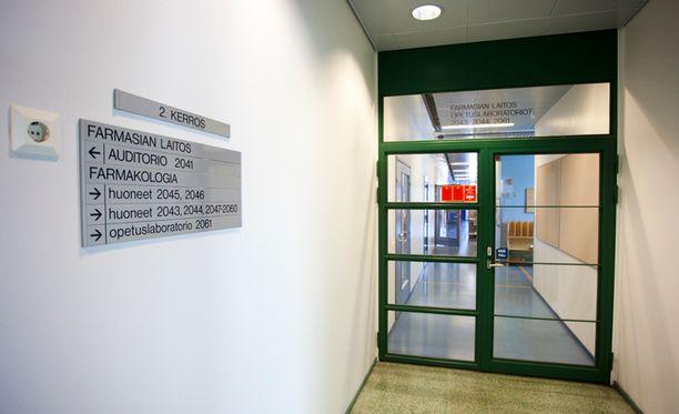"""Poliisin erittäin vaarallisiksi luonnehtimat """"superhuumeet"""" vietiin Helsingin yliopiston farmasian tiedekunnan tiloista."""