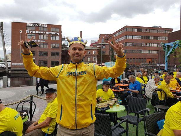 Korkeushyppylegenda Stefan Holm ,42, kannusti ja tsemppasi ruotsalaisia kannattajia ja sai raikuvat taputukset.