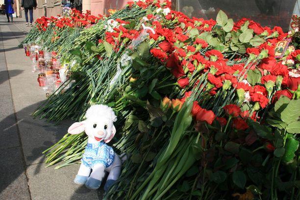 Kotitekoinen räjähde tappoi Pietarin metrossa maanantai-iltapäivällä 14 ihmistä ja haavoitti yli 50.