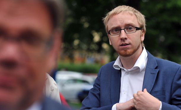 Yhtenä esimerkkinä sinisten saavutuksista Simon Elo mainitsee eduskunnan perjantaisen äänestyspäätöksen vapauttaa suomalaista alkoholilainsäädäntöä.