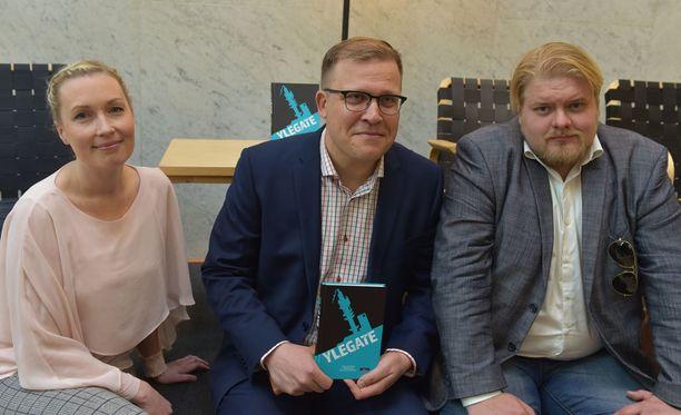 Journalistit Salla Vuorikoski, Jussi Eronen ja Jarno Liski kirjoittivat tiistaina julkaistun Ylegate-kirjan.