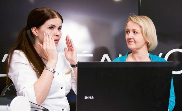 L'Oreal Paris -kouluttaja Mari Juntunen selvitti nelikymppiselle Katariinalle kuivan ihon hoidon perusteita.