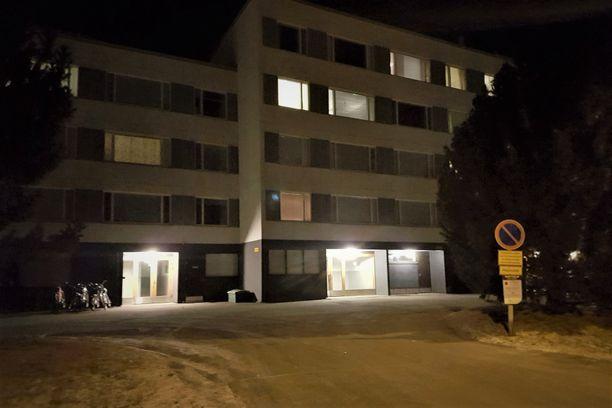 Veriteko tapahtui tässä kerrostalossa Tampereen Takahuhdissa. Vapaudenriistojen aikaan perhe asui toisaalla.