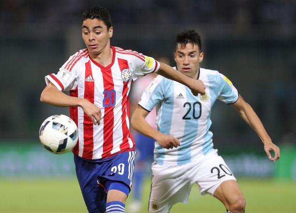 Paraguayn Miguel Almirön (vas) taistelee jatkossa Newcastlen sarjapaikan puolesta.