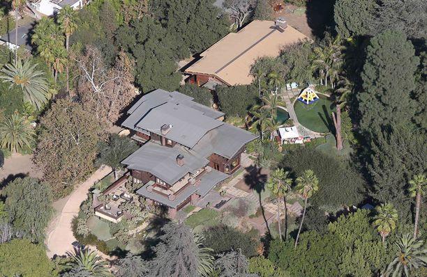 Kuulustelut tapahtuivat pariskunnan yhteisessä talossa Malibussa. Taloon jäi toistaiseksi asumaan Jolien lastensa kanssa.