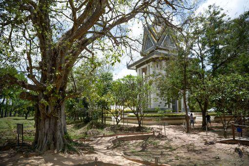 Puissa roikkui kovaäänisiä, joista soitettiin kovaa musiikkia, jotta teloituksien äänet peittyisivät. Taustalla vuonna 1998 pystytetty muistokappeli uhreille.