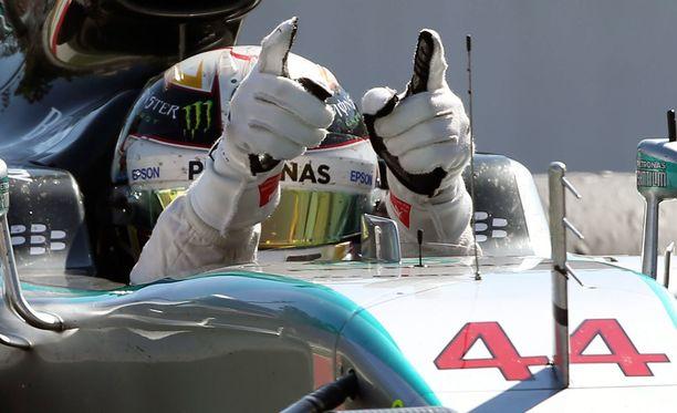 Lewis Hamilton sai pitää voittonsa.