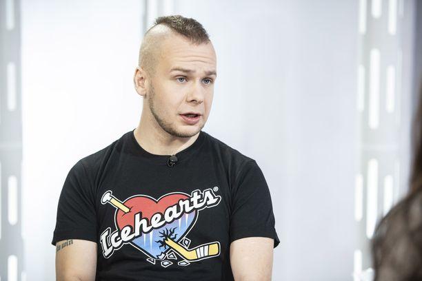 Juha Riikonen on nykyään sairaanhoitaja, joka harrastaa erittäin raskasta triathlonia.