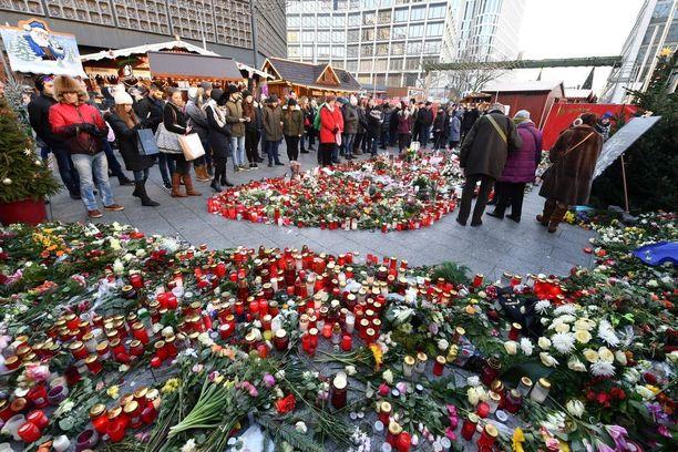 Breitscheidplatzin joulutori muuttui kynttilämereksi Berliinissä.