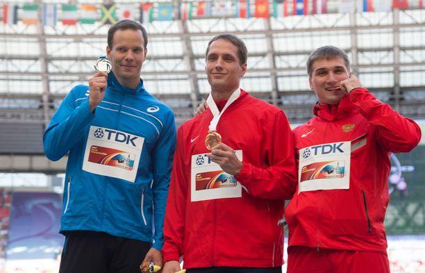 Mitalikolmikko vasemmalta: Tero Pitkämäki, Vitezlav Vesely ja Dimitri Tarabin.