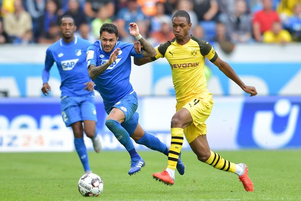 Hoffenheimin Leonardo Bittencourt ja Dortmundin Abdou Diallo taistelivat pallosta.