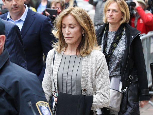 Näyttelijä Felicity Huffman myönsi maanantaina Bostonissa järjestetyssä oikeudenkäynnissä syyllistyneensä lahjontaan tyttärensä opiskelupaikan varmistamiseksi.