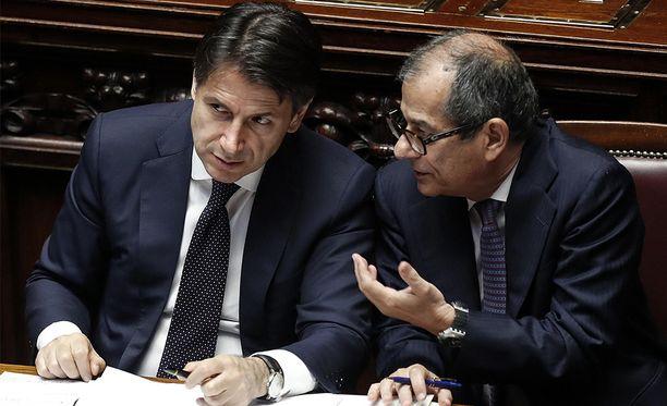 Italian tuore pääministeri Giuseppe Conte (vasemmalla) ja talousministeri Giovanni Tria.