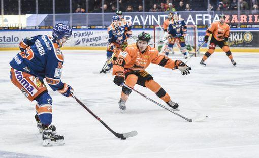 Tappara voitti KooKoon 3-0, vaikka tamperelaisilta puuttui kolme pelaajaa A-maajoukkuekomennuksen vuoksi. Kuvassa etualalla kirvespakki Otso Rantakari.