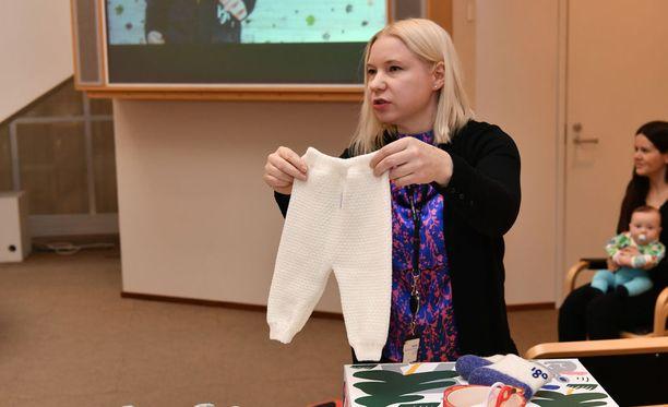 Uusi äitiyspakkaus julkistettiin viime kuussa. Johanna Aholainen esitteli sitä. Nyt sitä pitää muuttaa.