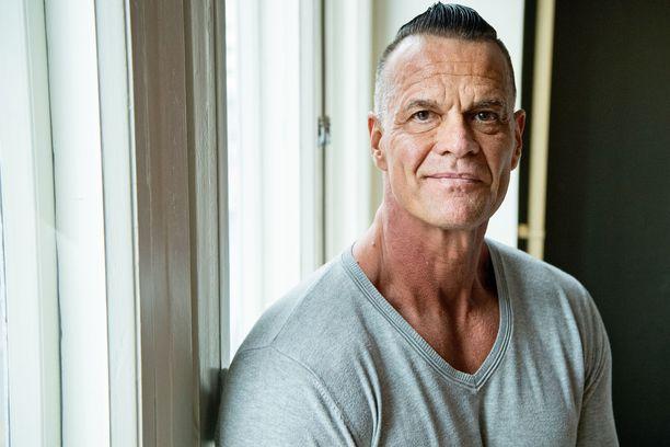 Mika Ounaskari, 54, pyörittää omaa markkinointialan yritystään.