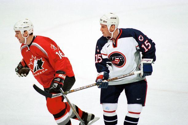 Brett Hull saavutti USA:n paidassa hopeaa vuoden 2002 olympialaisissa. Kuvassa Trevor Linden ja Brett Hull vuonna 1998.