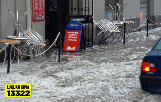 Kadut lainehtivat ja joihinkin kellareihin on tulvinut vettä.
