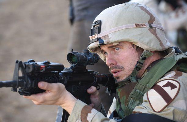 Jason Ritter esittää Troy Denomya.