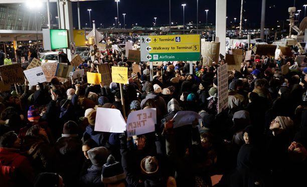 Väliaikaiset maahantulokiellot ovat kirvoittaneet protesteja Yhdysvaltain lentokentillä.