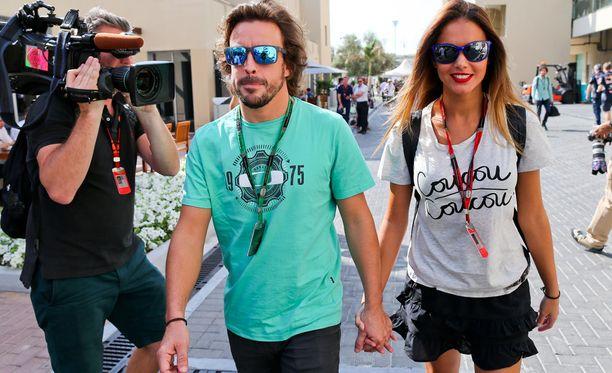 Fernando Alonso piteli Lara Alvarezia kädestä varikolla.