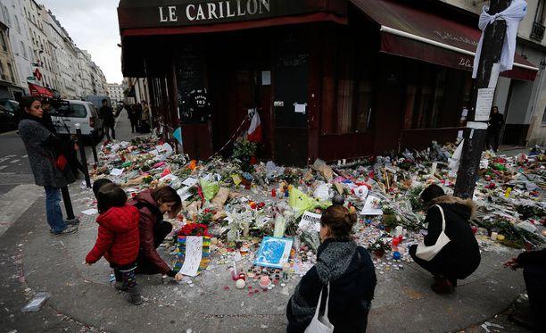 Terrori-iskujen tapahtumapaikoille on tuotu paljon kukkia, kynttilöitä ja viestejä.