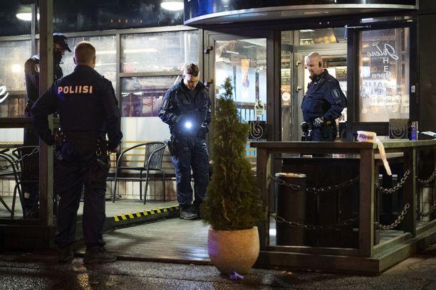 Poliisit tutkivat ampumispaikkaa ravintola Jolenen edustalla 11. lokakuuta illalla.