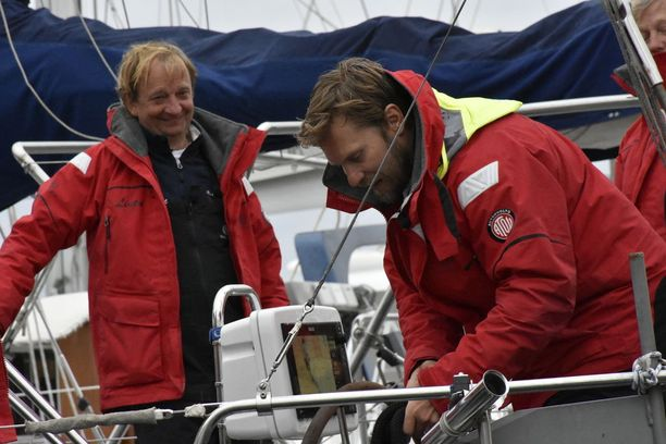Hjallis jakaa viimeisiä rantautumisohjeita Kimmo Timoselle.