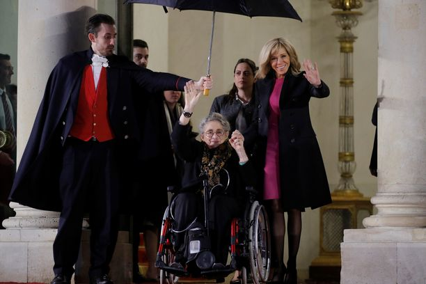 Nechama Rivlin (keskellä) poistumassa yhdessä Ranskan ensimmäisen naisen Brigitte Macronin (oik) kanssa Pariisin Élysée-palatsista tammikuussa.