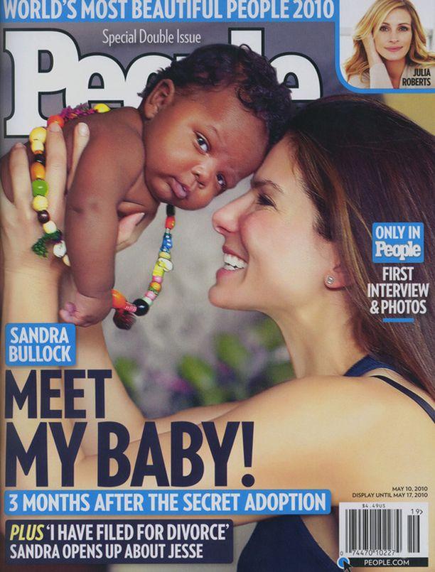 Sandra Bullock poseerasi poikansa kanssa People-lehdessä.