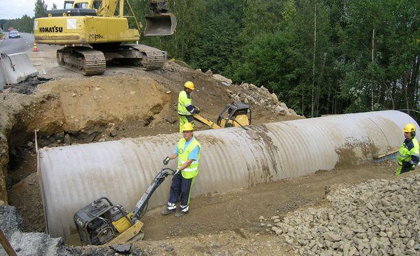Yleiselle tielle piti tehdä kiertolevennys tunnelityömaan ajaksi. Lisäksi tunneli oli rakennettava kahdessa osassa.