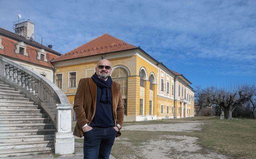 """Astetta päheämpi """"kesämökki"""": Arilla on oma linna Unkarissa"""