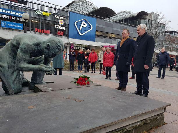SDP:n puheenjohtaja, pääministeri Antti Rinne (sd) ja SDP:n puoluesihteeri Antton Rönnholm kävivät viemässä kukat puolueen perustajiin kuuluneen Eetu Salinin muistomerkille Porissa lauantaina ennen puoluevaltuuston kokousta ja toritapahtumaan,
