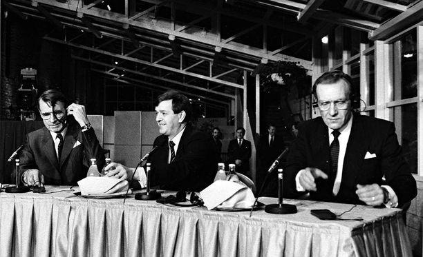"""Vuoden 1988 vaalien """"mitalikolmikko"""". Mauno Koivisto kultaa, Paavo Väyrynen hopeaa, Harri Holkeri pronssia."""