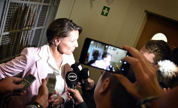 Eduskunta äänestää keskiviikkona opposition tekemästä välikysymyksestä koskien raideliikennettä. Kuvassa vastuuministeri Anne Berner (kesk).