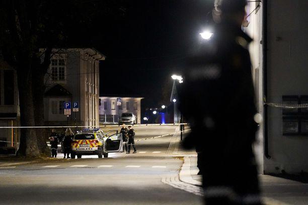 Poliisi kertoi torstain vastaisena yönä viiden ihmisen kuolleen Kongsbergissä jousipyssyllä aseistautuneen miehen iskussa.