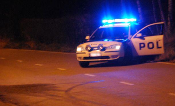 Kuski onnistui väistämään poliisiautoa kaksi kertaa. Toisella kerralla mies ajoi pakoon pientareen kautta. Kuvituskuva.
