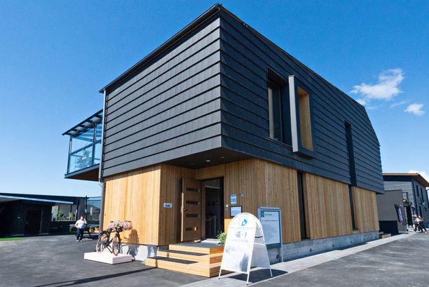 6-henkisen perheen omakotitalon on suunnitellut arkkitehti Marko Raiski. Julkisivu on tiiltä ja lehtikuusta.