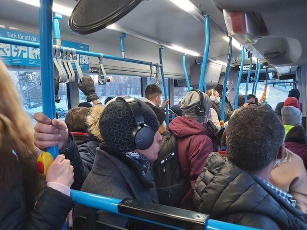 Junavuorojen puuttuminen on johtanut bussien ruuhkautumiseen.