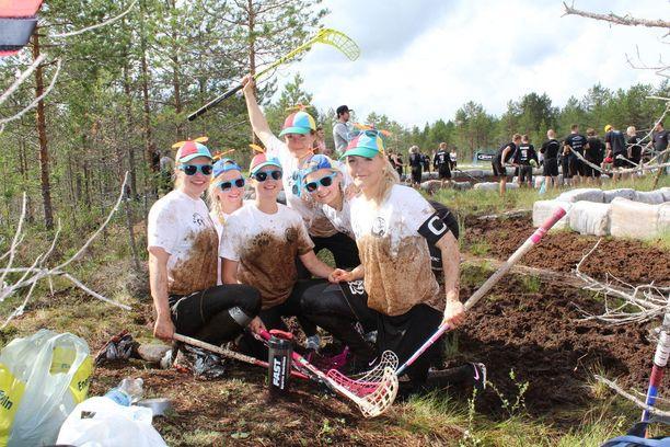 Team Mörön Emilia Saarinen (vas.), Vilma Irjala, Kiia Hurme, Minna Hyvönen, Ella Soini ja Suvi Ketola jaksoivat hymyillä pelin jälkeen.