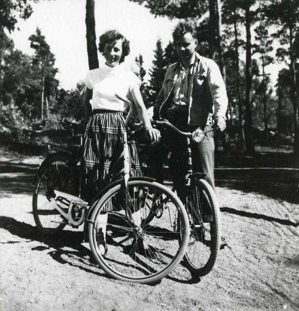 Mauno ja Tellervo Koivisto pyöräretkellä vuonna 1953.