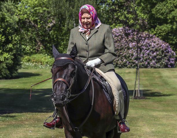 Kuningatar Elisabet joutuu ratsastusretkillään väistelemään ihmisten jätöksiä.