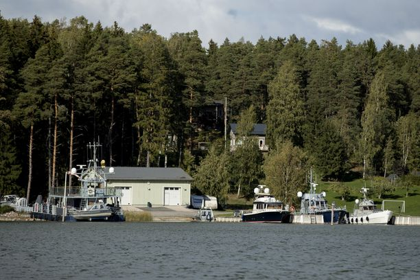 Airiston Helmi hallitsee kiinteistöjä Paraisten Ybbernäsissä. Laitureissa oli suurikokoisia, tutkilla varustettuja veneitä.