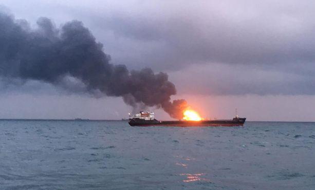 Tansanian lipun alla purjehtineet Maestro- ja Candy-alukset syttyivät tuleen maanantaina Kertsinsalmessa. Tulipalon epäillään syttyneen, kun polttoainetta siirrettiin aluksesta toiseen, kertoo AFP.