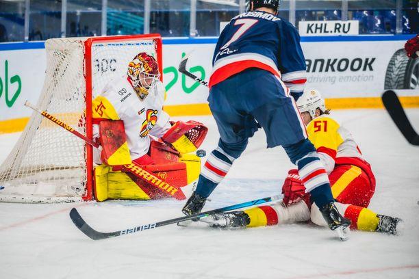 Samuel Jukuri torjui ensimmäisen KHL-ottelunsa Jokerien maalilla Nizhnekamskissa.