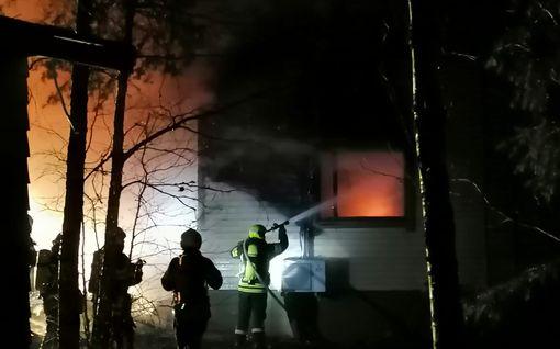 Somerolla talo ilmiliekeissä - asukas loukkaantunut, mutta hengissä