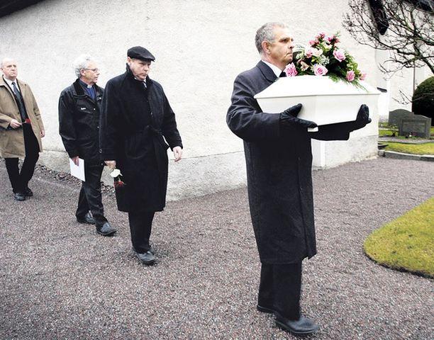"""VIATON Rikostutkija Sture Olovsson saattoi pienen ruumiin hautaan. """"Olen ottanut tehtäväkseni selvittää, kuka tämä arvoituksellinen lapsi on"""", hän sanoo Iltalehdelle."""